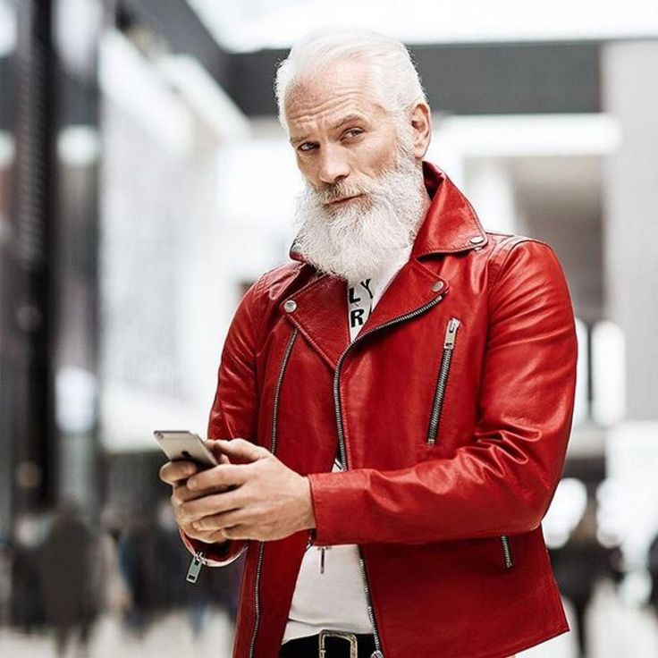 Hipster-Bart, rote Lederjacke, sexy Blick: Paul Mason aka Fashion Santa bringt Frauenherzen zum Schmelzen und Männer dazu, sich einen weißen Rauschebart zu wünschen. Fashion Santa ...