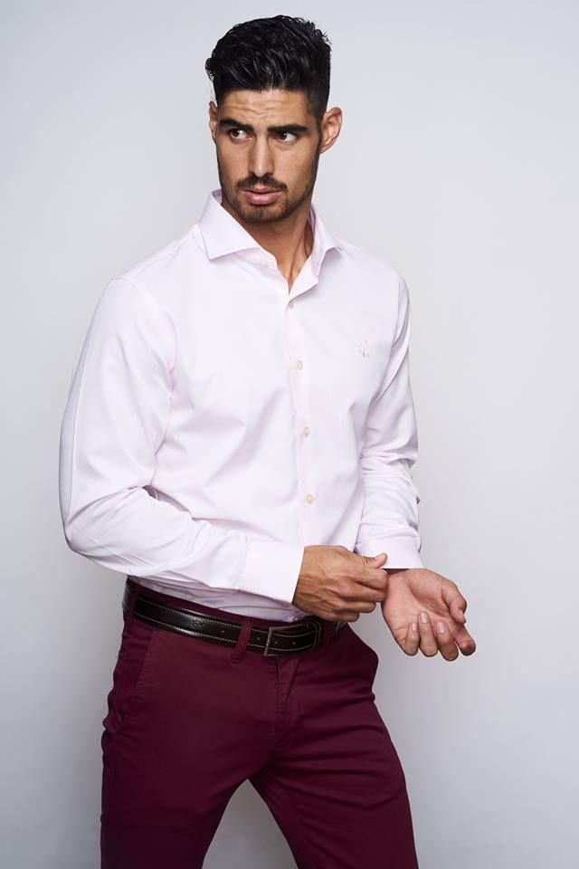 Camisa con un pequeño estampado en relieve de rayas, color rosa suave. Tacto algodón ligero y confortable. Corte slim fit. Cuello italiano. Botón cosido en aspa, ojal y logo bordado color rosa al tono.