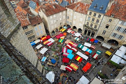 Рынок на центральной площади в Villefranche-de-Rouergue Villefranche-de-Rouergue (Вильфранш-де-Руэрг), Франция - путеводитель