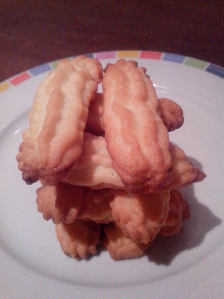 Domenica pomeriggio, tempo di biscotti :) Ho trovato questa ricetta priva di burro e ho voluto subito testarla. Devo dire che i biscotti sono friabili e le