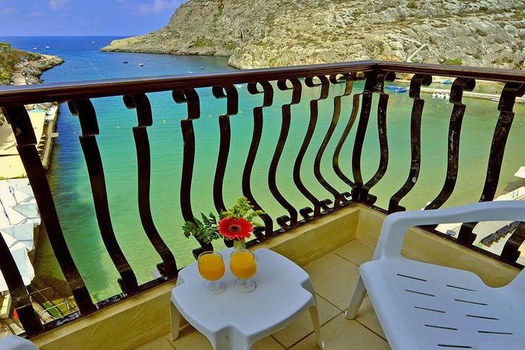 Description: Klein en gezellig hotel met een goed restaurant direct aan een van de mooiste baaien van Gozo  Dit ligt mooi! Op een van de mooiste plekjes van Gozo ligt hotel San Andrea. Helemaal aan het einde van de Baai van Xlendi (spreek uit: Sjlendi) vind je een kleine boulevard met verschillende restaurants. Hier ligt hotel San Andrea. Als je op het terras zit hoor je de zee tegen de kade klotsen. Er heerst een ontspannen sfeer van rust mede door de duikers die vanuit hier op pad gaan. Je…