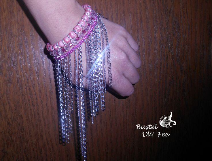 Hippie Chic Armband von Bastel-DW-Fee auf DaWanda.com Dieses Armband wurde in liebevoller Handarbeit hergestellt.  Das Armband kann wahlweise auch als Kette getragen werden  Verwendete Materialien :  -Memory Wire Draht -verschiedene Gliederketten -Notenschlüssel Anhänger -Biegering -Glas Stardust Perlen -Spacer -Glas Perlen -Rocailles Perlen