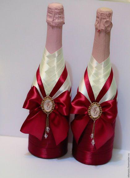 Купить или заказать Оформление бутылок на свадьбу 'Марсала' с брошью с инициалами в интернет-магазине на Ярмарке Мастеров. Две бутылки на свадьбу оформленные в цвете Марсала, с бантом и брошью с инициалами молодоженов. Возможно в любом цвете! ________ Красиво смотрится полный комплект аксессуаров, выполненный в едином стиле. _____________ Мы также оформляем свадьбу 'под ключ'.При комплексном заказе - скидки!