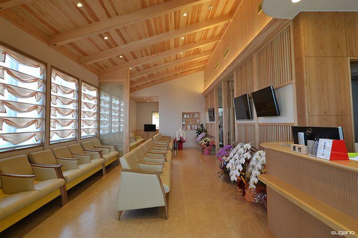 木質感あふれるクリニックの待合室。#クリニック設計 #診療所 #木質感 #待合室インテリア #診療所建築 #和風建築 #和風診療所 #設計事務所 #菅野企画設計