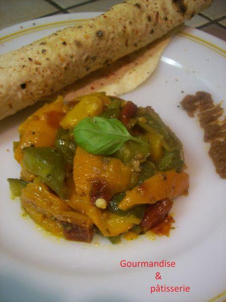 Appelé hmiss, chleta mechouia, felfla ou felfel bi tomatich, il s'agit d'une salade de poivrons grillés algérienne. Je l'ai accompagnée de petits pains plats sans levure aux pime…