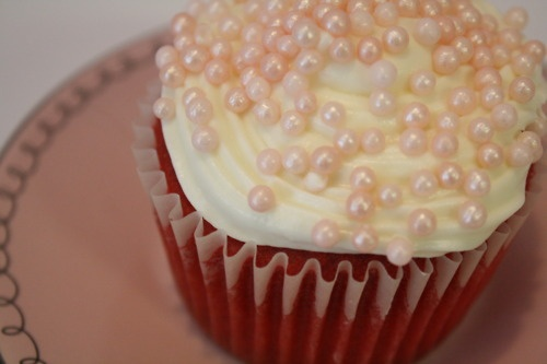 this cupcake would be almost impossible to eat. sugar pearls are so tough to bite!