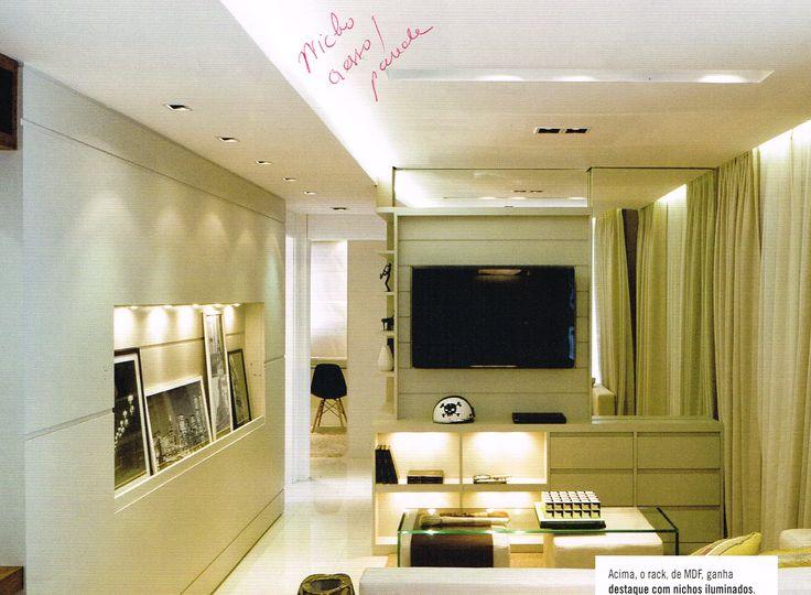 nicho horizontal estreito embutido na parede iluminado e painel com friso