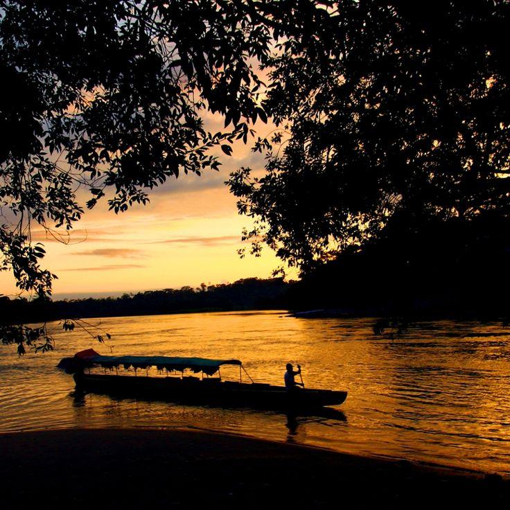 Atardecer en el río Bobonasa en #Ecuador | El río Bobonasa es la ruta para internarse en la selva donde habitan los Sarayakus, comunidad kiwcha. Por él se navega plácidamente disfrutando de un paisaje inigualable.
