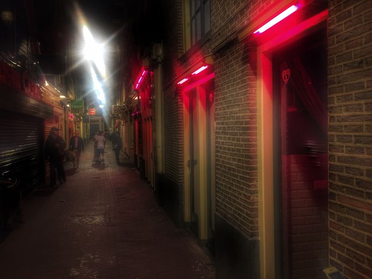 Теперь красные фонари неоновые. Амстердам