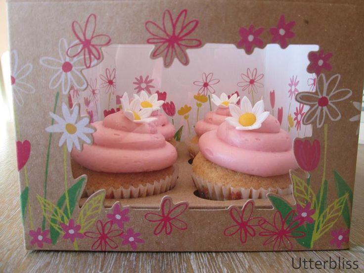 Rose cupcakes with daisy décor.