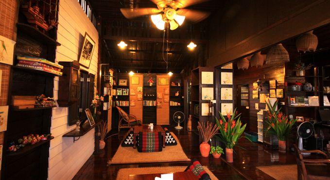 Thanicha Resort Amphawa. Alloggiare ad Amphawa, è un'occasione più unica che rara di godere dell'atmosfera tranquilla di un paesino nella campagna thailandese. La miglior location di tutta Amphawa la offre il fascinoso Thanicha Healthy, stile thai contemporaneo in una casa in legno vecchia di oltre 100 anni posizionata nel punto migliore del canale e nel cuore del mercato.