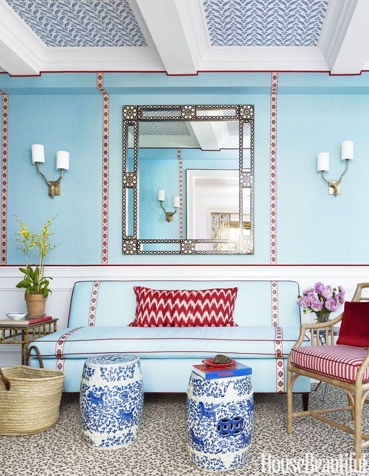 hall-entrada-azul-com-detalhes-em-vermelho-e-papel-de-parede-no-teto