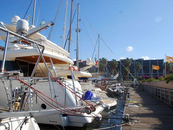 Marina di Cagliari è situato nel nucleo storico del #porto, più precisamente nella parte #ovest del #Molo della Dogana, in pieno centro cittadino, a poche centinaia di metri dalla stazione ferroviaria e a soli dieci minuti di auto dall'aeroporto internazionale.