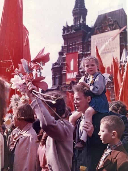 Первомайская демонстрация на Красной площади (девочка на плечах у мужчины) - История России в фотографиях