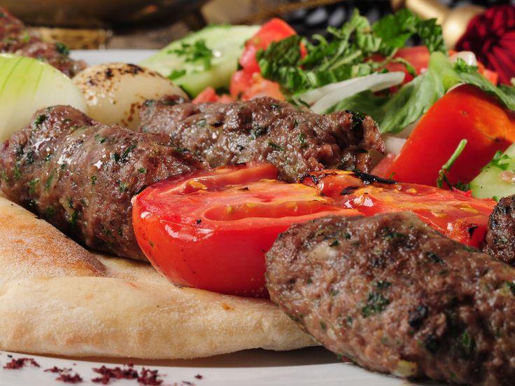 Ces galettes sont très populaires partout au Moyen Orient. Elles peuvent être à base d'agneau ou de boeuf, toujours servies accompagnées de pain pita, yogourt et salades.