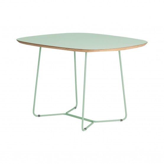 Stół Maple MID w modnym i zarazem bardzo kobiecym kolorze miętowym, doda każdemu wnętrzu subtelności i świeżości. Maple MID design inspirowany naturą.