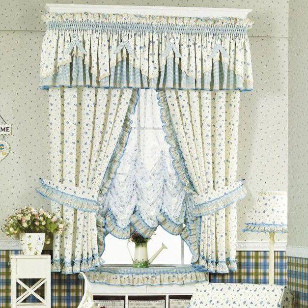 Tende country fai da te,  tende a vetro con mantovana a fantasia floreale sui toni dell'azzurro aggiunta a tende a pacchetto