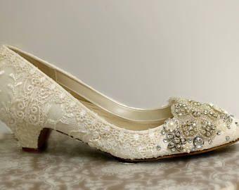 Boda zapatos de tacón bajo. Zapatos de novia Ivory de encaje. Zapatos de Novia de encaje vintage. Brillantes zapatos de la boda. Mano había embellecido zapatos. Zapato de novia
