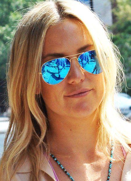 Sonnenbrillen: Die Pilotenbrille von Ray Ban ist längst ein absoluter Klassiker. Das azurblaue, komplett verspiegelte Modell von Kate Hudson ist aber noch mal ein ganz besonderer Blickfang.