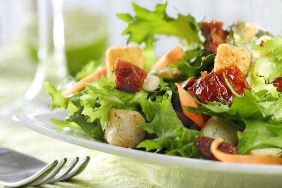 Incluir salada nas refeições diárias é essencial para manter a boa saúde. Saiba quais são os nutrientes da salada de acordo com as suas cores. - Veja mais em: http://www.vilamulher.com.br/receitas/entradas/salada-quanto-mais-colorida-melhor-642869.html?pinterest-mat