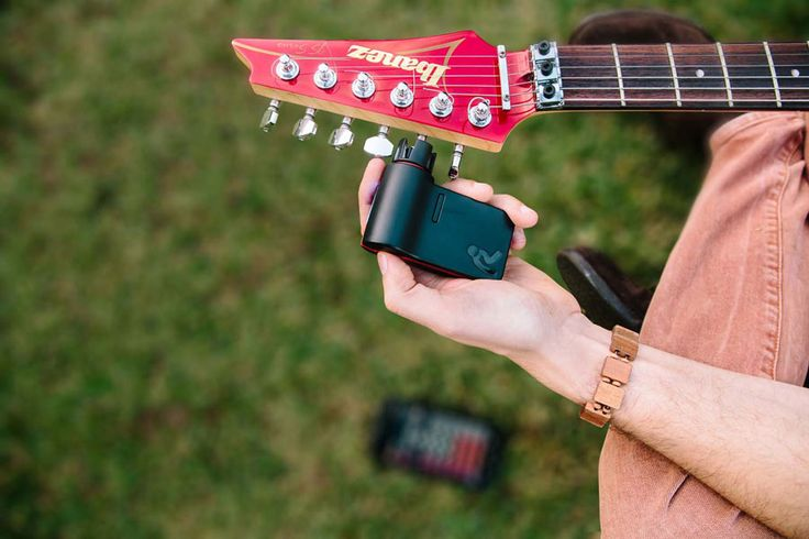L'accordeur de guitare automatique Roadie Tuner mémorise tous vos instruments à corde et accorde votre guitare dans toutes les situations