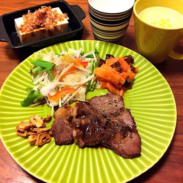 今日の夕飯(≧∇≦)  この前半分だけステーキにして冷蔵庫に入れてあった牛肉をまたまたステーキに〜♡ - 76件のもぐもぐ - 牛ロースステーキ、作り置きキャロットラペ、冷奴、コーンスープ 2015.4.28 by kirahime