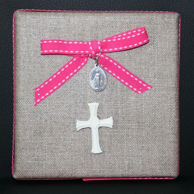 Cadre en lin : médaille miraculeuse + croix blanche : Décorations murales par creerpourvous