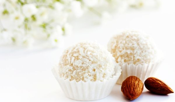 Bomboanele Rafaello sunt cele mai simple deserturi rafinate, care se pot face în casă la robot. Ai nevoie de lapte praf, zahăr pudră vanilat, nucă de cocos şi câteva alune.
