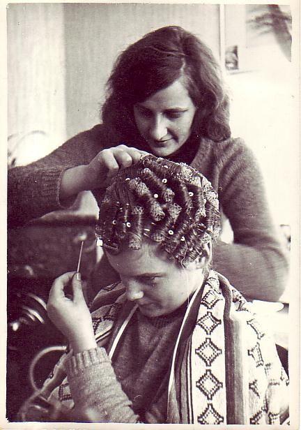 krulspelden bij elkaar in het haar draaien.