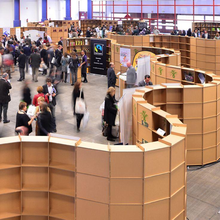 Decoración de eventos con stands sinuosos forma ondulada en cartón. Event decor event planer. Cardboard booth with sinuous wavy shape. Marketplace stands by Cartonlab.