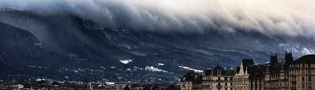 Tsunami über Genf? Zumindest erscheint es auf den ersten Blick auf dem Foto von Alex Teuscher so. Der gebürtige New Yorker machte dieses erstaunliche Bild am 5. Dezember. Die optische Täuschung des unbearbeiteten Bildes ist perfekt. Es wirkt, als bäume sich eine gigantische Tsunami-Welle vor der Stadt auf. Doch in Wirklichkeit ist es der Genfer Hausberg Salève, der wolkenbehangen so bedrohlich wirkt.  http://news.de.msn.com/panorama/bilder-des-tages-455