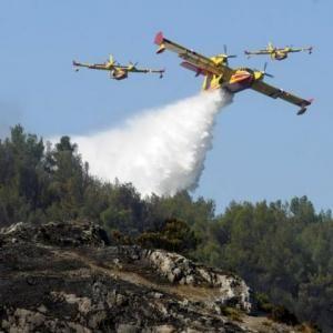 Au total, sept Canadair, deux Tracker, un avion Dash et deux hélicoptères bombardiers d'eau ont été engagés dans la lutte contre le feu.