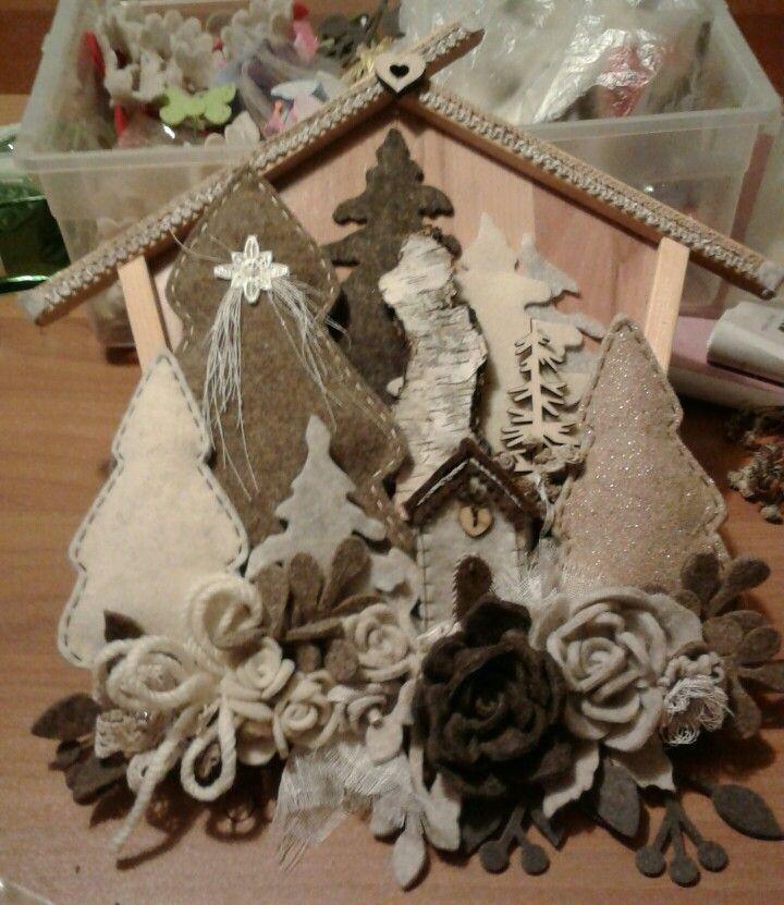 fuoriporta con casetta in legno e decorazioni alberi e casette in feltro . luisa valent