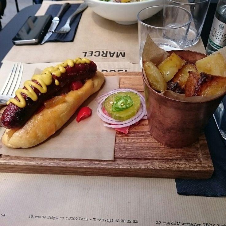 Chez MARCEL, le hot-dog est juste à tomber :-)  Petit + pour les pomme de terre également !