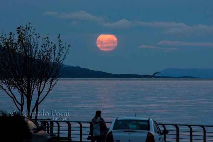 #UshuaiaFantástica Mirá la salida de la luna llena de abril. Fue el día de la luna sangre!! ¿Quien la vio? Bella!!