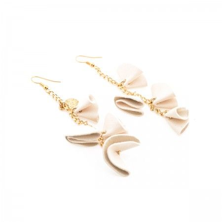 Earrings featuring leather, chain and golden brass. Jewels have interesting and voluptuous shapes, they are handmade, engraving and pleating colored leather elements, which, attached, create small or big ruffles. Soft to the touch and with harmonic forms.