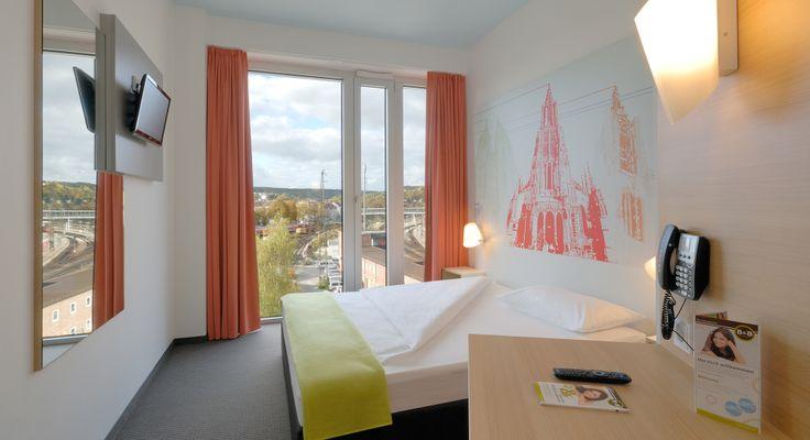 Zimmer mit französischem Bett im B&B Hotel Ulm