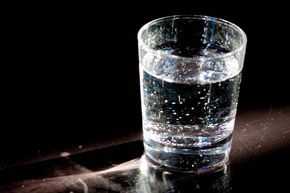 Comme ce verre d 'eau : Une psychologue marchait vers le podium tout en enseignant la gestion du stress à une audience avertie. Comme elle