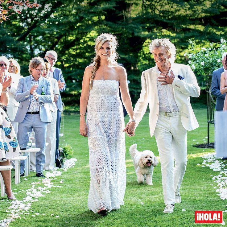 Diez años después de su idílica boda, @SirRodStewart y @Penny.Lancaster se han vuelto a dar el 'sí, quiero' en una romántica ceremonia en su casa de Essex, en la que hubo risas pero también lágrimas, tal y como publica en exclusiva la revista ¡HOLA! de esta semana. ¡Felicidades a la pareja! #rodstewart #pennylancaster #boda #celebrities
