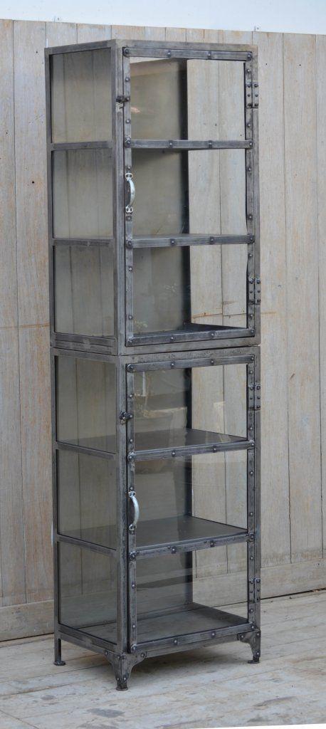 Urläckert vitrinskåp i metall- med lite ruffig finish Glas även på sidorna och metall på insidan baktill Mycket gediget!  Längd