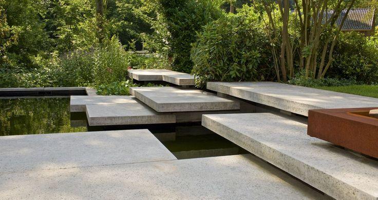 Spel van grootformaat tegels in prive tuin | In de tuin | SCHELLEVIS