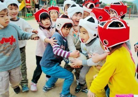 試合形式の練習。ゴール近くでは園児たちがボールをめぐって激しい攻防を繰り広げた= - Yahoo!ニュース(神戸新聞NEXT)