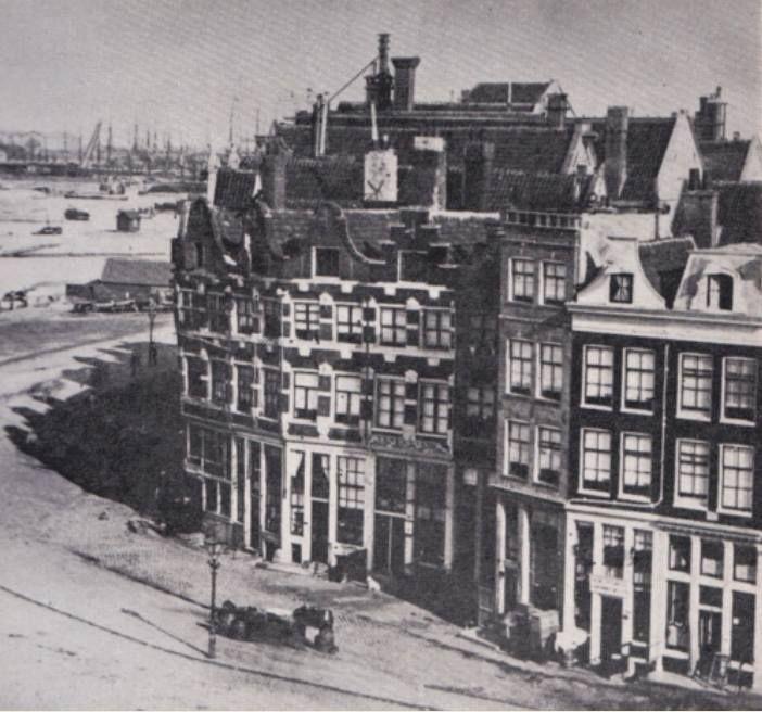 Amsterdam, Pr Hendrikkade bij het Singel ca, 1885, waar van rechts de huizen 2, 3 en 4 thans nog slechts de onderstukken resten, hun achtergevels staan aan de Panaalsteeg. Op de achtergrond het Centraal Station.