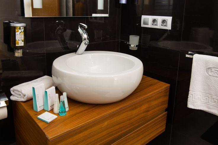 Nada como empezar un día de vacaciones con un baño relajante o una agradable ducha. Los baños de nuestros bungalows están completamente equipados para ti.  #Baño #ColinaHomeResort #ColinaCalpe #Calpe #Resort #Turismo #PlayaCalpe #CostaBlanca #CiudadCalpe #ColinaResort #ResortCalpe