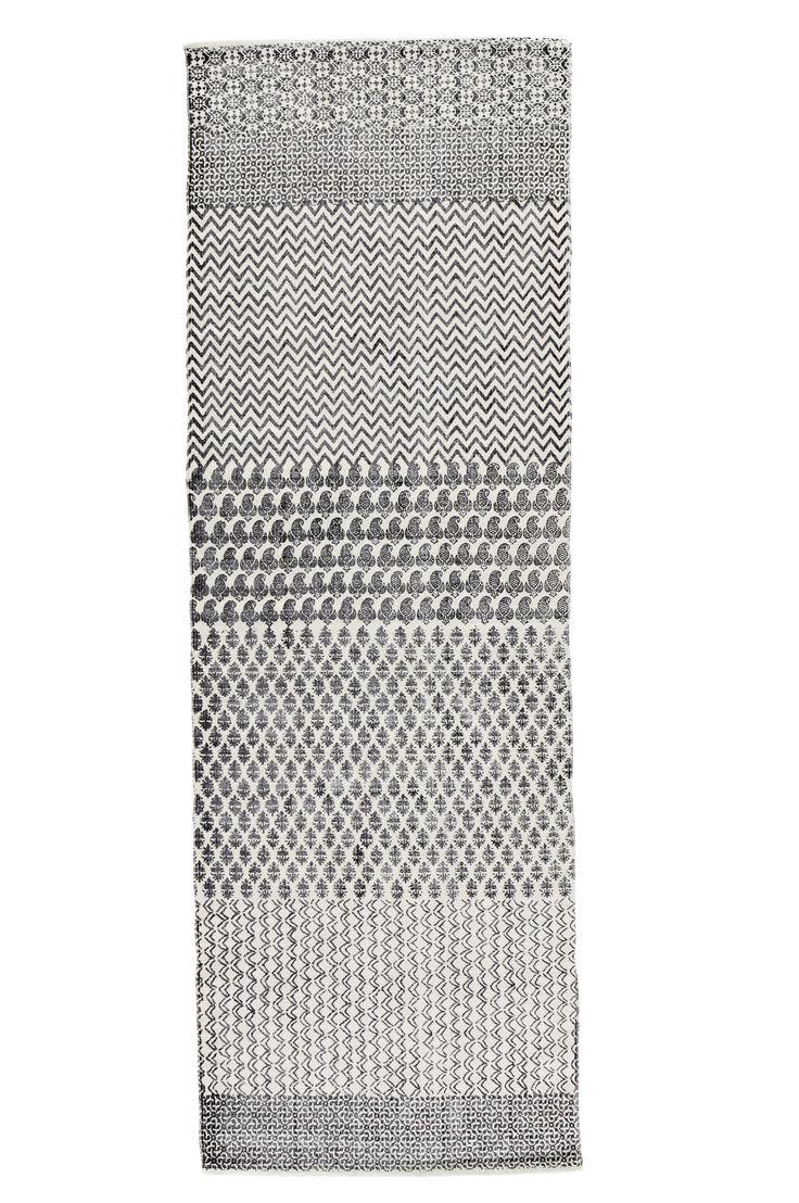 Håndvævet tæppe med printet mønster. 100% bomuld. Vask 40°. Vaskes separat. Str. 70x200 cm. Kan maskinvaskes hvis vaskemaskinen har kapacitet til det, ellers kemisk rens. For øget sikkerhed og komfort bruges skridsikkert tæppeunderlag, som holder tæppet på plads. Skridsikkert tæppeunderlag findes i flere forskellige størrelser.