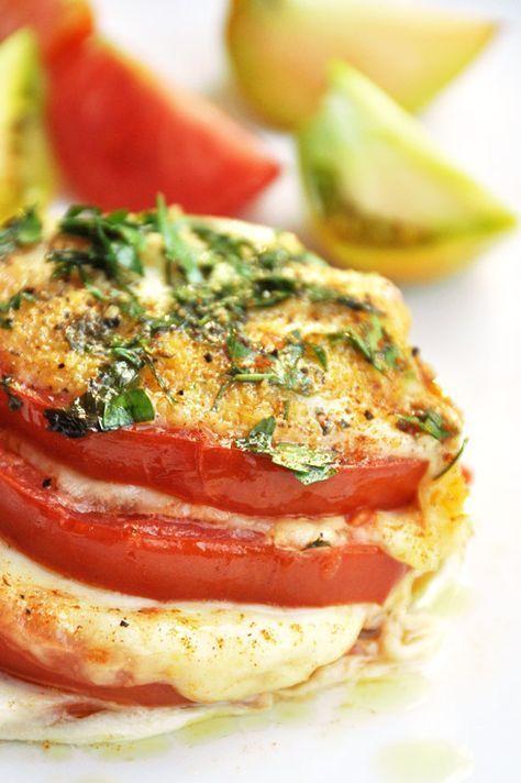 Salé - Mille-feuille de tomates mozzarella basilic. Pour 4 pers. : 4 tomates * 2 boules de mozzarella de bufflonne *  bouquet de basilic frais * 2 càs d'huile d'olive * Sel et poivre du moulin. Recette sur le site.