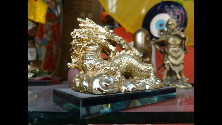 Dragones Chinos o dragón chino es como se conocen a estas maravillosas criaturas orientales. Símbolos de poder en el folklor y arte chino, también son vistos como la representación del concepto del yang y asociados como los proveedores de la lluvia y el agua en general.