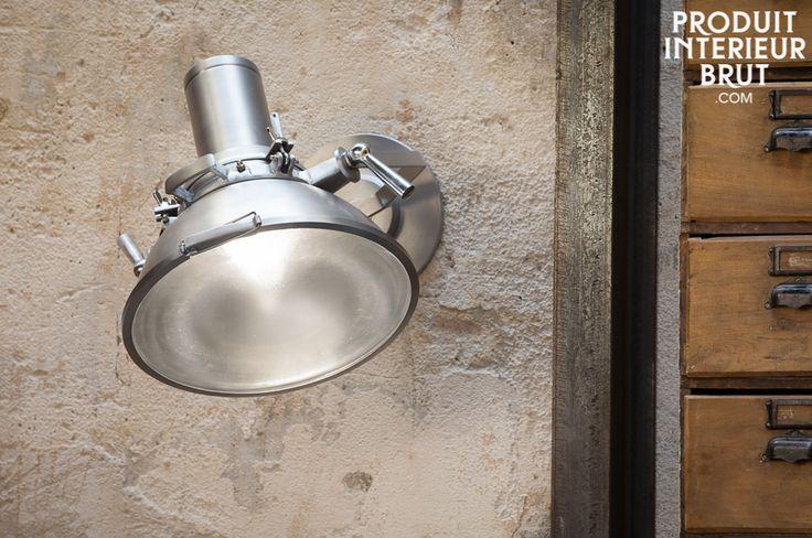 Un luminaire qui s'adaptera partout grâce a sa couleur argentée. Vous apprécierez la possibilité de l'orienter dans le sens qu'il vous plaira grâce à deux poignées.