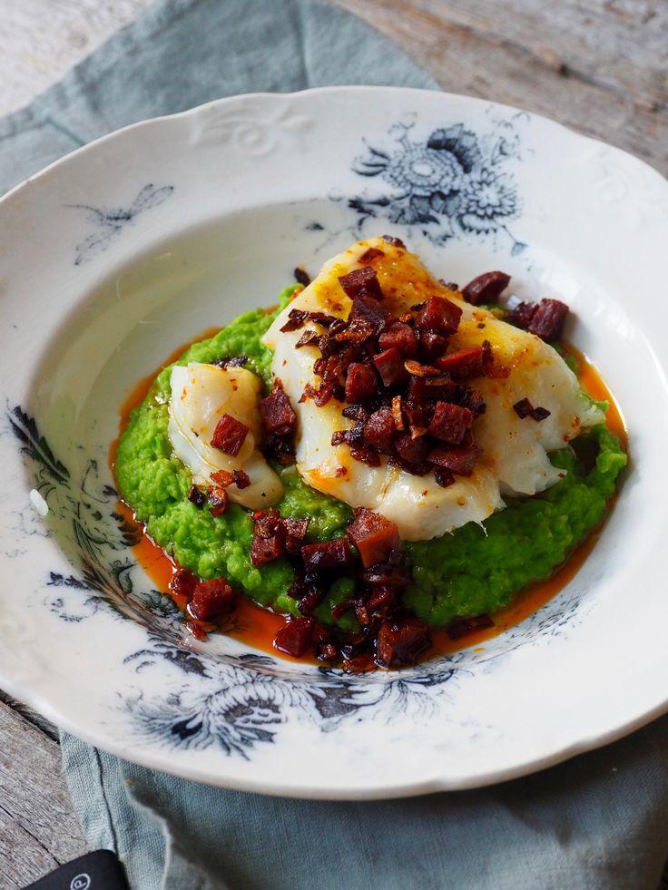 Her har du en super hverdagsmiddag med fisk - stekt torsk med chorizo og ertepuré! Supernekel og raskt å lage, og se hvor lekkert det er!