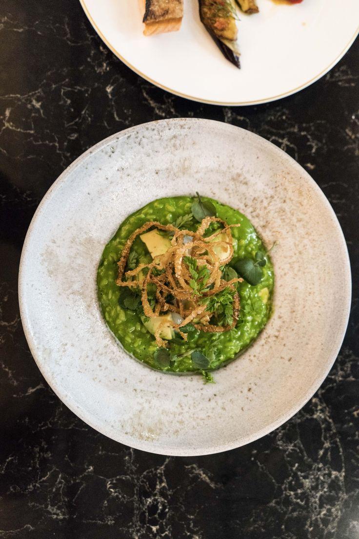 Vegetarisches Gericht: Risotto mit Onsenei, Avocado & Zwiebeln in DIE GUTE BOTSCHAFT in Hamburg an der Alster. Sehr cool.